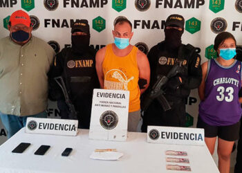 Al momento de la captura, los agentes les decomisaron dinero en efectivo y tres teléfonos celulares a los detenidos.