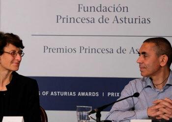 Los galardonados con el Premio Princesa de Asturias de Investigación Científica y Técnica 2021, Ugur Sahin (d) y Özlem Türeci (i) durante una rueda de prensa en el Hotel de la Reconquista de Oviedo este viernes. EFE/
