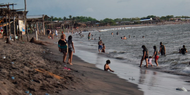 Desde las 11:00 de la mañana los vacacionistas fueron llegando a la playa.