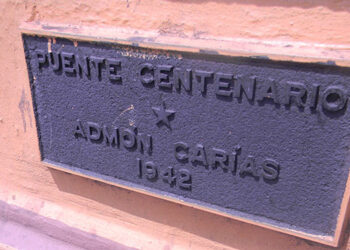 Placa. La histórica placa colocada a mitad del puente lo confirma.
