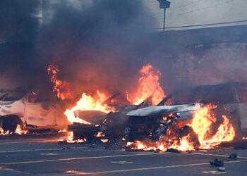 Exmilitares guatemaltecos irrumpieron ayer en el área trasera del Congreso y quemaron varios vehículos.