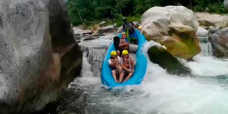 Los clavados desde enormes alturas son practicados por algunos de los turistas en el río Cangrejal.